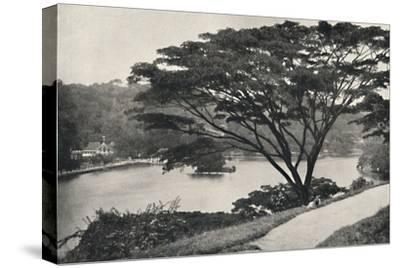 See, Tempel des Heiligen Zahnes und Bibliothek in Kandy, vom Viktoria-Drive ach Osten gesehen-Unknown-Stretched Canvas Print