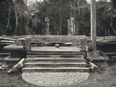 'Treppe mit Darstellung von Erdgeistern, wahrscheinlich Zugang zu einem heiligen Bobaum, Anuradhap-Unknown-Framed Photographic Print