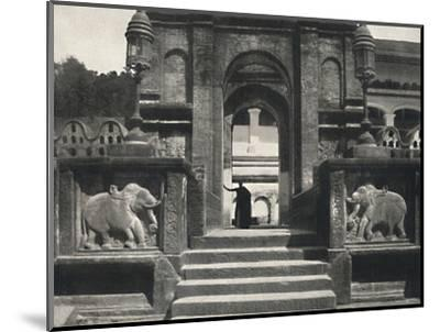 'Kloster im Tempeldes Heiligen Zahnes (Dalada Maligawa Vihara), Kandy', 1926-Unknown-Mounted Photographic Print