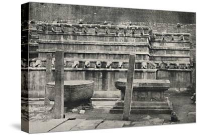 'Die sudliche der vier den Himmelsrichtungen entsprechend errichteten altarartigen Anbetungsstatten-Unknown-Stretched Canvas Print