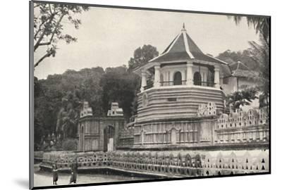 Der Tempel des Hiligen Zahnes Buddhas in Kandy-Unknown-Mounted Photographic Print