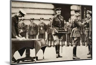 King George V awarding the Victoria Cross to Private Wilfred Edwards, 1917-Unknown-Mounted Photographic Print