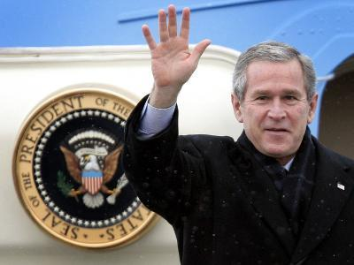 U.S. President George W. Bush Waves as He Steps out of the Air Force One--Photographic Print