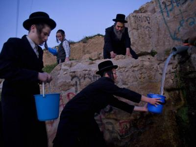 https://imgc.artprintimages.com/img/print/ultra-orthodox-jewish-men-stand-next-to-a-well-as-they-fill-canisters-with-water-in-jerusalem_u-l-q10oqj10.jpg?p=0