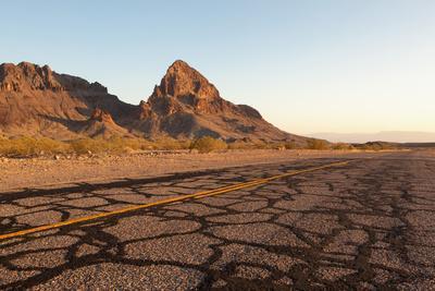 https://imgc.artprintimages.com/img/print/usa-arizona-route-66-black-mountains-street_u-l-q11wnas0.jpg?p=0