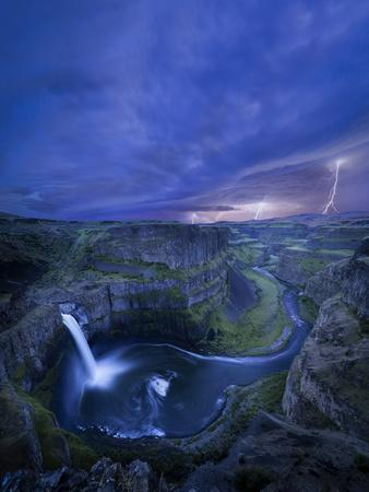 https://imgc.artprintimages.com/img/print/usa-washington-state-palouse-falls-at-dusk-with-an-approaching-lightning-storm_u-l-q1d2s5i0.jpg?p=0