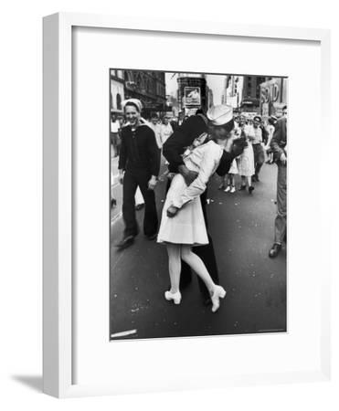 V-J Day in Times Square-Alfred Eisenstaedt-Framed Premium Photographic Print