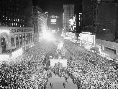 VIEW OF A CROWDED TIMES Square, NEW YORK City, ON NEW YEARS Eve, 1942-Archive Holdings Inc.-Photographic Print