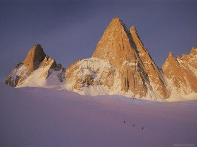 https://imgc.artprintimages.com/img/print/view-of-cerro-fitzroy-center-and-surrounding-peaks_u-l-p4tu580.jpg?p=0