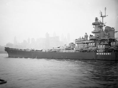 https://imgc.artprintimages.com/img/print/view-of-the-battleship-uss-missouri_u-l-pznuk40.jpg?p=0