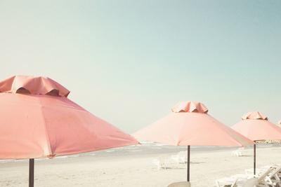 https://imgc.artprintimages.com/img/print/vintage-summer-beach-with-pink-pastel-parasols_u-l-q1bxu0w0.jpg?p=0