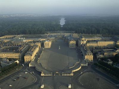 Vue aérienne du château de Versailles. Vue axiale prise côté ville (vue rapprochée)--Giclee Print