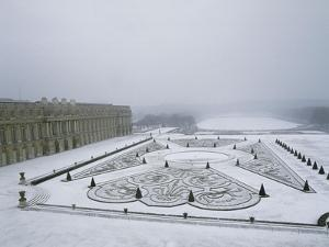 Vue du château de Versailles sous la neige côté parterre du Midi et de la p