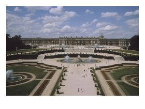 Vue extérieure et aérienne du château de Versail, côté jardins : château vu