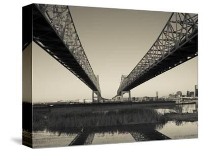 USA, Louisiana, New Orleans, Greater New Orleans Bridge and Mississippi River