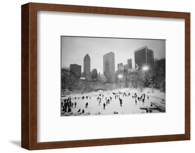 USA, New York, New York City, Skaters at the Wollman Rink