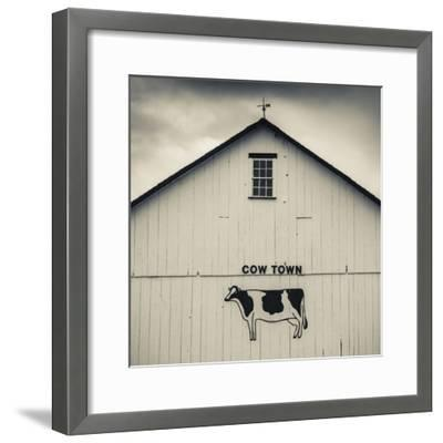 USA, Pennsylvania, Dutch Country, Smoketown, Barn with Cow Art