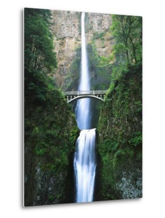 View of Multnomah Falls in Columbia Gorge, Oregon, USA