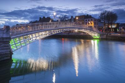 Ireland, Dublin, Hapenny Bridge over the River Liffey, dusk