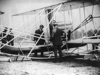 https://imgc.artprintimages.com/img/print/wilbur-wright-with-canoe-attached-to-plane-photograph-new-york_u-l-q1gnv7u0.jpg?p=0