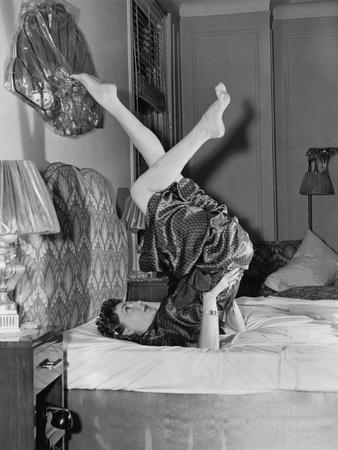 https://imgc.artprintimages.com/img/print/woman-doing-yoga-on-bed_u-l-q1bwn6p0.jpg?p=0