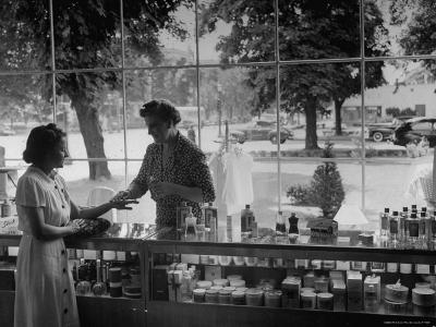 Woman Shopping For Cosmetics-Alfred Eisenstaedt-Photographic Print