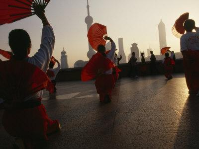 https://imgc.artprintimages.com/img/print/women-exercise-in-the-morning-by-fan-dancing-on-the-bund_u-l-p9c3l10.jpg?p=0