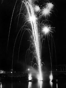 World Fair, Paris, 1937 : Firewroks at the Bridge of Auteuil