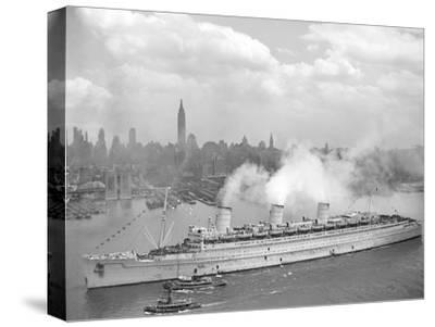 World War II Photo of RMS Queen Mary Arriving in New York Harbor