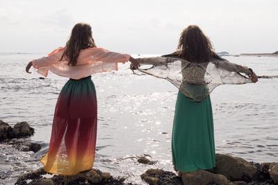 https://imgc.artprintimages.com/img/print/young-women-at-seaside_u-l-q1asapr0.jpg?p=0